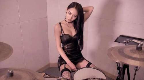 A-yeon, la coreana que ha revolucionado Internet con sus vídeos tocando la batería en lencería