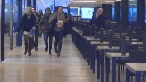 Apertura de un nuevo centro comercial No, estudiantes austriacos corriendo para pillar sitio en la biblioteca
