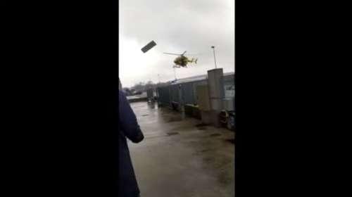 Cartel publicitario golpea las hélices de un helicóptero en pleno vuelo
