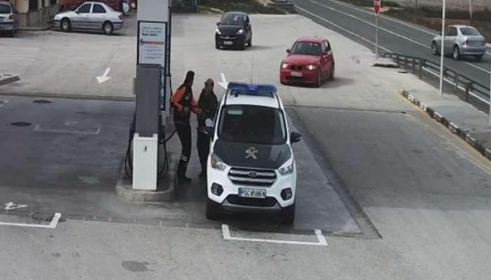 Coche se sale de la carretera y esta a punto de atropellar a un guardia civil en una gasolinera