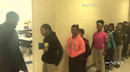 Curiosa forma que ha elegido un profesor para ganarse a sus alumnos