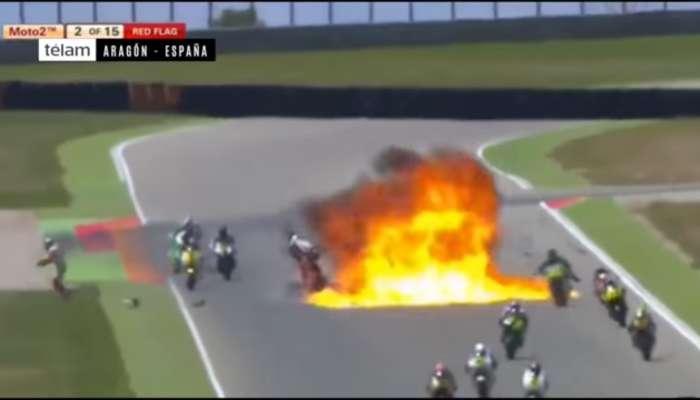 Espectacular accidente de motos en el que se incendia una moto (moto2, aragon, españa)
