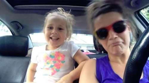 Madre e hija causan furor cantando una canción de Frozen en el coche