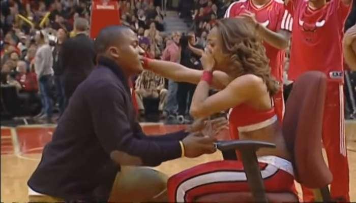 Pedida de mano sorpresa a una animadora del Chicago Bulls