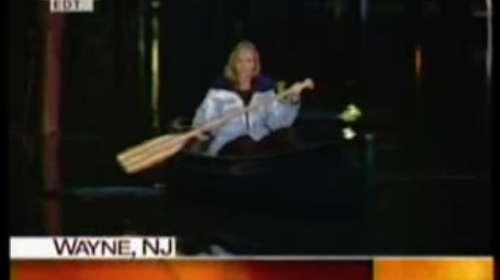 Reportera en canoa informando en directo de las inundaciones queda en ridículo al verse que sólo es un charco