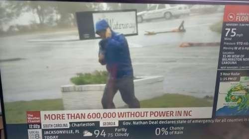 Reportero lucha en directo contra el viento huracanado y de repente pasan dos peatones tan campantes