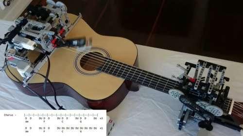 Un robot de Lego capaz de tocar una cancion con la guitarra